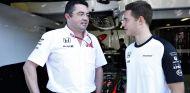 Eric Boullier hablando con Stoffel Vandoorne durante el GP de Italia - LaF1