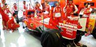 Box de Ferrari con Fernando Alonso en el F138 - LaF1