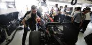 Los hombres de McLaren trabajando en el coche de Button durante el GP de Brasil - LaF1