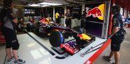 Sebastian Vettel en el box del equipo Red Bull