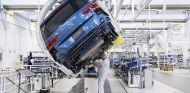 Imagen de los ingenieros de Volkswagen y BP Castrol trabajando juntos – SoyMotor.com