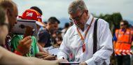Ross Brawn junto a aficionados de F1 – SoyMotor.com