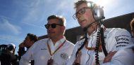 Ross Brawn (izq.) con Andy Shovlin (der.) de Mercedes –SoyMotor.com