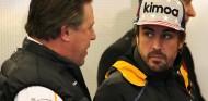 Zak Brown y Fernando Alonso en una imagen de archivo - SoyMotor.com