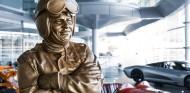 Woking homenajea a Bruce McLaren con esta espectacular escultura de bronce - SoyMotor.com