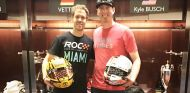 Vettel y Busch intercambian sus cascos tras la Nations' Cup