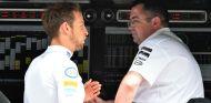 Button y Boullier durante un Gran Premio - SoyMotor.com