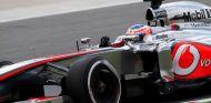 Jenson Button a los mandos de su McLaren MP4-28 - LaF1