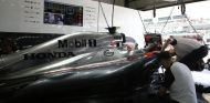 El MP4-30 en su box - LaF1.es