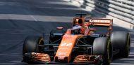 Alonso sorprende a Button por radio antes de la salida en Mónaco - SoyMotor.com