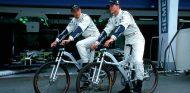 Jenson Button y Ralf Schumacher con bicicletas BMW en el GP de Austria 2000 - SoyMotor.com