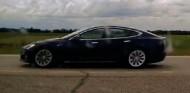 Acusan a un canadiense de conducción temeraria por dormir en su Tesla