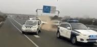 Un 'kamikaze' se lleva por delante un coche de la Guardia Civil en Granada - Soymotor.com