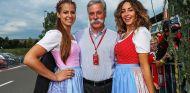 Chase Carey y dos azafatas en el GP de Austria 2017 - SoyMotor.com