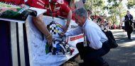 El presidente de la F1, Chase Carey, firma autógrafos en Albert Park - SoyMotor.com