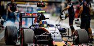 Carlos Sainz ensaya una parada en boxes en Alemania - LaF1