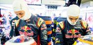 Carlos Sainz junto a Daniil Kvyat en el box de Toro Rosso - LaF1