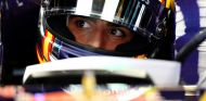 Carlos Sainz subido a su monoplaza - LaF1