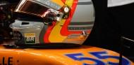 Casco de Sainz sobre el MCL33 en Yas Marina - SoyMotor.com