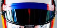 Carlos Sainz estrena casco y botas 'a lo Ironman' en España - SoyMotor.com