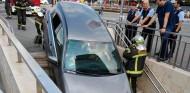 Una conductora desciende las escaleras del metro con su coche en Barcelona
