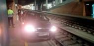 Conductor perdido acaba en el andén del tren con su coche
