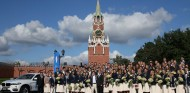 Los deportistas rusos posan posan junto a una de las unidades del BMW X6 - SoyMotor