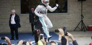 Lewis Hamilton celebra el tricampeonato - LaF1