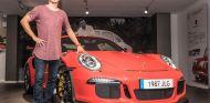 Jorge Lorenzo posando con el nuevo vehículo de su amplia colección - SoyMotor