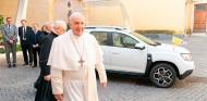 El papa Francisco con su Dacia Duster Papamóvil - SoyMotor.com