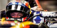 Daniil Kvyat espera en su garaje - LaF1