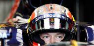 Daniil Kvyat espera en su garaje en Silverstone - LaF1