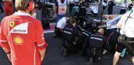 Los mecánicos de Mercedes se fijan en los daños del toque con Vettel – SoyMotor.com