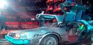 Michael J. Fox y Seth Rogen entraron al escenario en una réplica del DMC-12 de Regreso al Futuro - SoyMotor.com