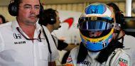 Eric Boullier y Fernando Alonso en Abu Dabi - LaF1