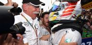 Dieter Zetsche con Lewis Hamilton en una imagen de archivo - LaF1