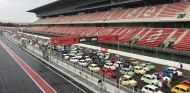 La recta de meta del Circuit de Barcelona-Catalunya repleta de Seat 600 - SoyMotor