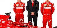 Stefano Domenicali posa junto a Kimi Raikkonen y Fernando Alonso - LaF1