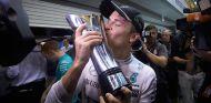 Nico Rosberg festeja su victoria en Singapur - LaF1