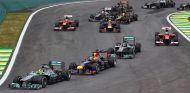 Nico Rosberg lidera el pelotón tras la salida del Gran Premio de Brasil - LaF1
