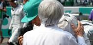 Bernie Ecclestone conversa con Lewis Hamilton en una imagen de archivo - SoyMotor.com