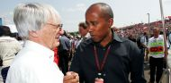 Ecclestone y Anthony Hamilton durante un GP en 2007 - SoyMotor