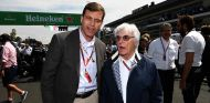 Hellmund junto a Ecclestone durante un Gran Premio - LaF1