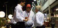 Ecclestone conversando con Toto Wolff y Niki Lauda - LaF1