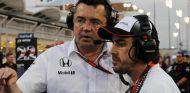 Boullier conversando con Alonso instantes previos al comienzo de la carrera en Baréin - LaF1