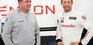 Eric Boullier charla con Jenson Button en el garaje - LaF1.es