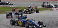 Marcus Ericsson rodando por delante de varios pilotos en Sepang antes de abandonar - LaF1
