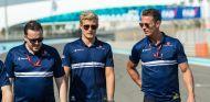 Ericsson durante el reconocimiento del circuito de Yas Marina con varios miembros de Sauber - SoyMotor.com