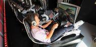 Mark Cavendish en un simulador durante el GP de Abu Dabi - SoyMotor.com