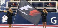 Azafatas con la bandera de la F1 en Baréin - SoyMotor.com
